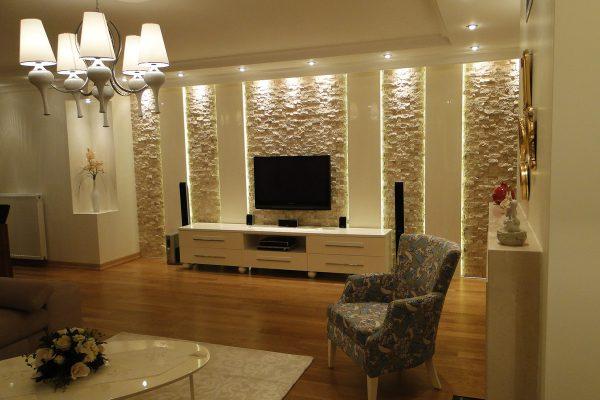 tv ünitesi duvar dekoratif fayans ve spot tavan